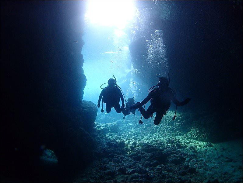 沖繩真田榮岬潛水》青之洞窟潛水店MyDiving,有中文教練,一對二潛水教學,不會游泳也能潛水